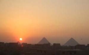 夕日とピラミッド